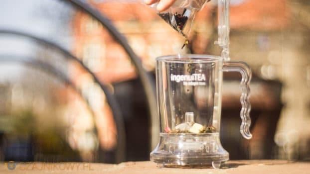 Dodaj łyżeczkę lub dwie Twojej ulubionej herbaty do ingenuiTEA. Każdy rodzaj się nadaje do ingenuiTEA.
