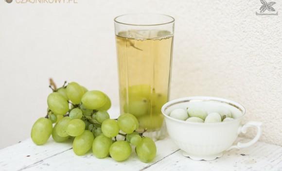 Czym zastąpić kostki lodu w herbacie? Owocami!